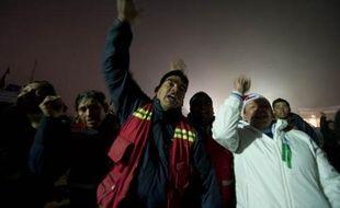 C'est le soulagement parmi les proches des 33mineurs ensevelis depuis 17 jours, au Chili, après la première prise de contacts avec eux, dimanche 22août 2010.