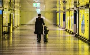 Une passagère dans un aéroport. Illustration.