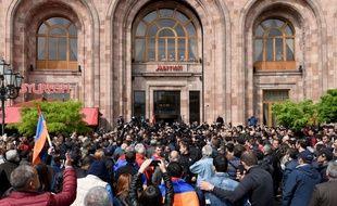 Des manifestants se tiennent devant un grand hôtel ou le Premier ministre a rencontré le leader de l'opposition, à Erevan, en Arménie, le 22 avril 2018.