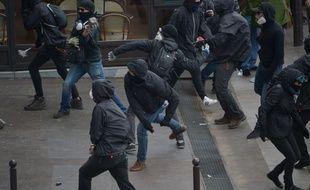 """Un groupe de """"Black Blocs"""" lors de la manifestation du 1er-Mai à Paris."""