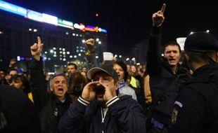 Des Roumains manifestent, le 3 novembre 2015 à Bucarest, pour réclamer la démission du Premier ministre social-démocrate Victor Ponta et du ministre de l'Intérieur Gabriel Oprea après l'incendie d'une discothèque