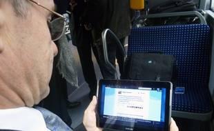 Illustration d'un homme utilisant sa tablette, ici dans un bus à Rennes.