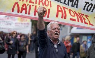 Un manifestant scande des slogans anti-austérité dans le centre d'Athènes, le 6 mai 2016 en Grèce.