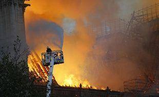 400 pompiers sont mobilisés pour lutter contre l'incendie qui ravage Notre-Dame de Paris, le 15 avril 2019.