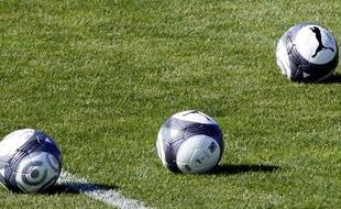 Les ballons de la saison 2009-2010 sur un terrain de Saint-Germain-en-Laye, en juillet 2009.