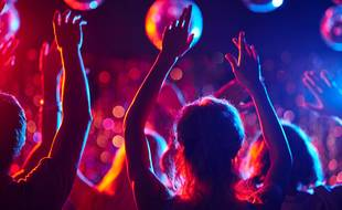 Refusant d'être à nouveau privés de liberté, des jeunes continuent à faire la fête malgré le confinement.