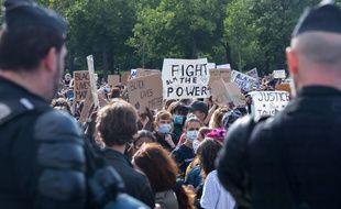 Des gendarmes devant des manifestants à Paris, le 6 juin 2020, dans un contexte où l'état d'urgence sanitaire interdit les rassemblements de plus de 10 personnes.