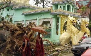 Un arbre déraciné après le passage du cyclone Nargis à Rangoon, Birmanie, le 4 mai 2008.