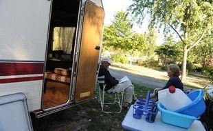 Un couple de personnes âgées au camping du chêne, à Saint Julien de Concelles.