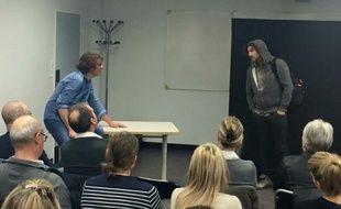 Une séance d'intervention théâtrale avec Greg Allaeys (à gauche) et Stéphane Van de Rosieren.