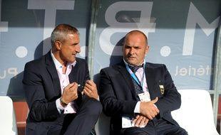 Bernard Casoni et Pascal Dupraz sur le banc d'Evian-Thonon-Gaillard lors d'un match de Ligue 1 contre le Paris Saint-Germain, le 18 septembre 2011 à Annecy.