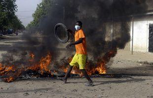 Un garçon proteste dans la rue à N'Djamena, au Tchad, le 27 avril 2021.