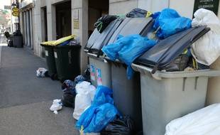 Dans la métropole de Lyon, les poubelles débordent en raison de la grève des éboueurs. Ici à Saint-Genis-Laval, près de Lyon.