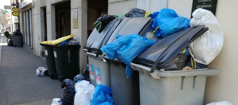 Illustration d poubelles débordent en raison de la grève des éboueurs. Ici à Saint-Genis-Laval, près de Lyon.