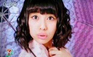 """Capture d'écran d'une publicité japonaise illustrant le """"Sparrow face""""."""