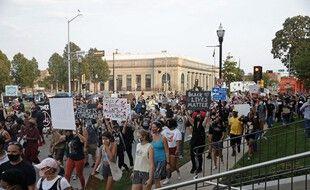 Des milliers de personnes ont manifesté à Kenosha, dans le Wisconsin le 24 août 2020 contre les violences policières.