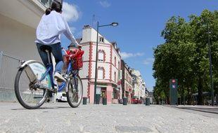 Illustration d'une cycliste circulant sur le mail François Mitterrand, à Rennes.