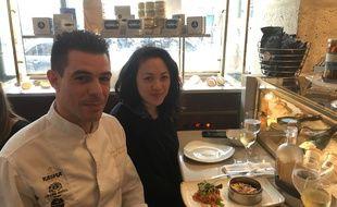 Le chef Xavier Caussade et notre lectrice Ngan T. au comptoir du restaurant Crabe Royal, à Paris