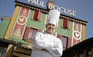 Le chef Paul Bocuse devant son restaurant de Collonges-au-Mont-d'Or en 2011