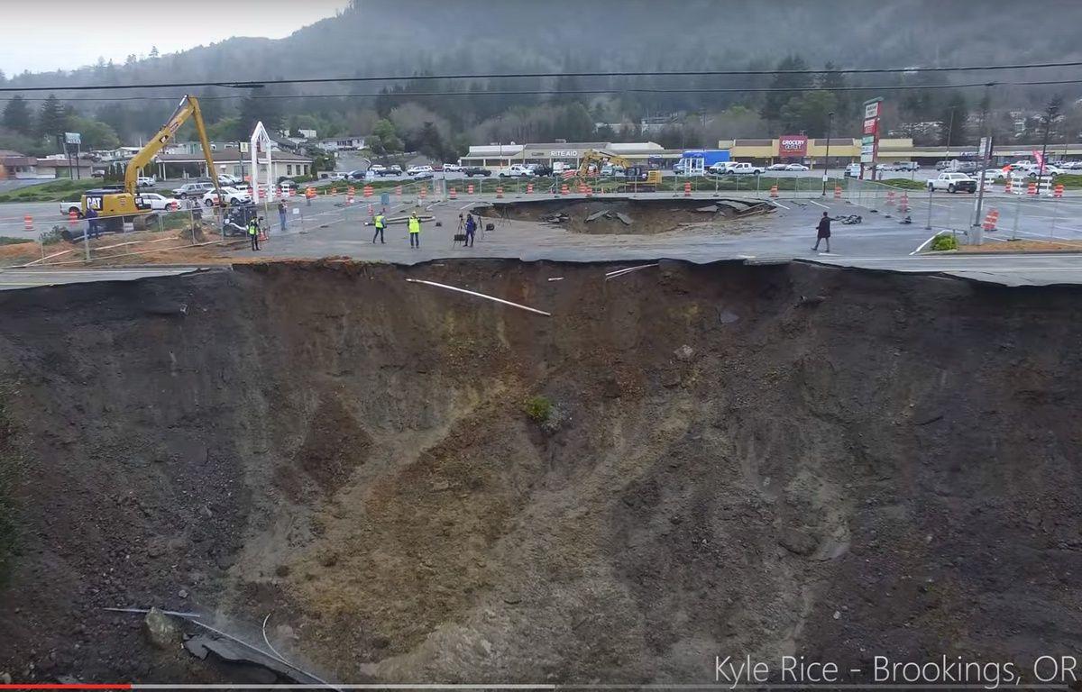 Un trou géant (sinkhole) dans l'Oregon, en janvier 2016. – KYLE RICE/YOUTUBE