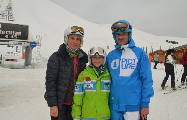Marie Estienne, ici avec ses parents, suit les traces de son frère Quentin (15 ans, membre du pôle France de ski à Albertville.