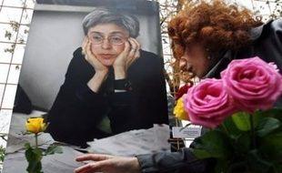 Plusieurs centaines de personnes se sont rassemblées dimanche dans le centre de Moscou sous forte surveillance policière pour rendre hommage à la journaliste Anna Politkovskaïa, assassinée il y a tout juste un an.