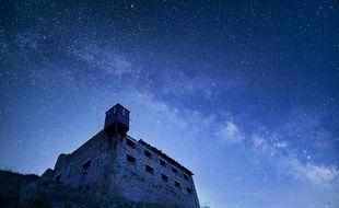 Le fortin du Mont-des-Fourches et son échauguette sous la Voie lactée