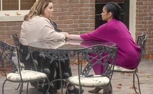 Chrissy Metz et Susan Kelechi Watson dans la saison 4 de This is Us, à une époque où les gestes-barrières n'étaient pas un sujet.
