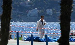 Les corps des victimes, allongés sur la Promenade des Anglais, au lendemain de l'attaque terroriste le 15 juillet 2016 à Nice