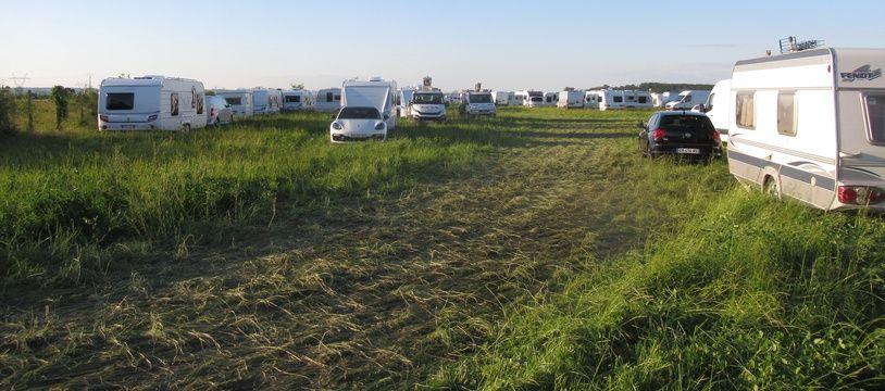 180 caravanes se sont installées dimanche sur ce champ de 4,5 hectares appartenant à un agriculteur de Genas.