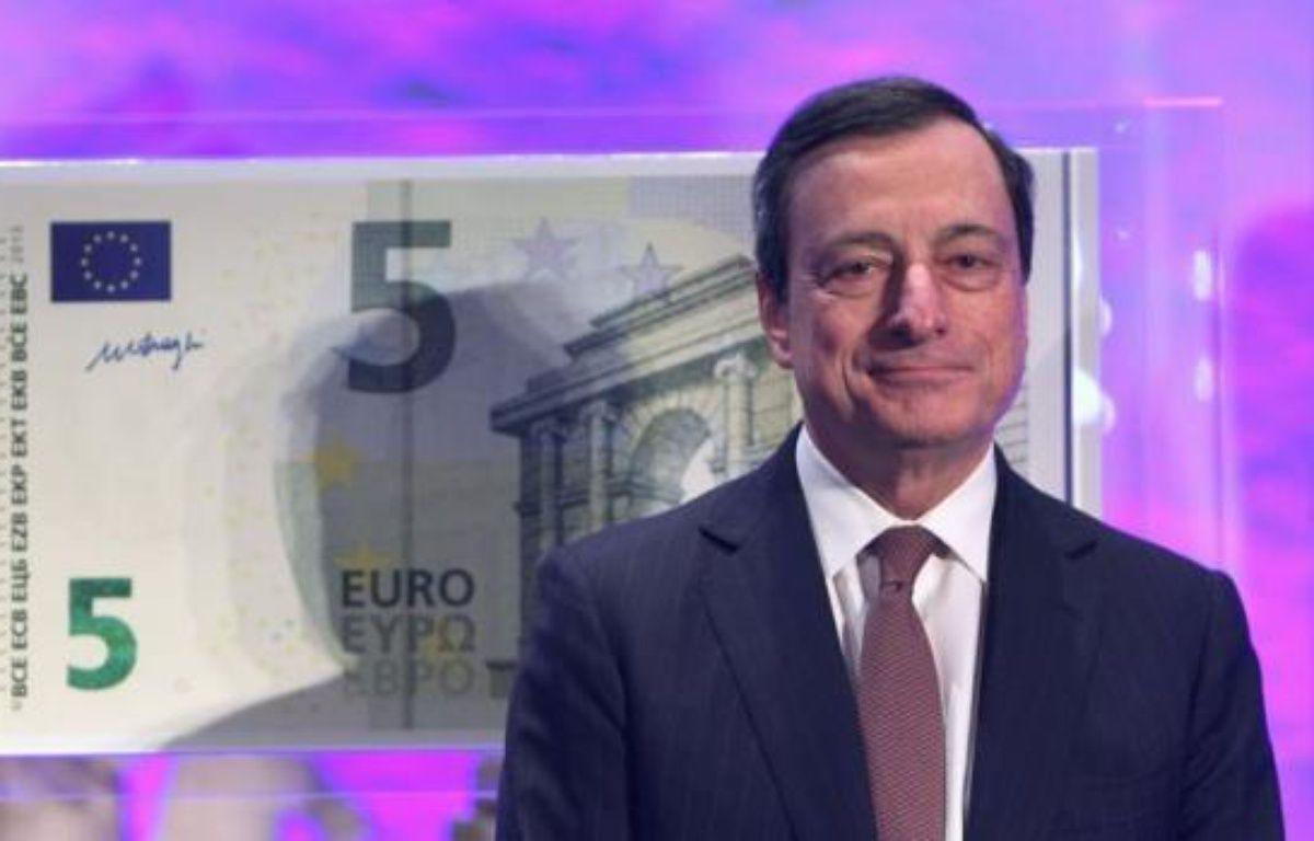 """Le président de la Banque centrale européenne (BCE) Mario Draghi a dévoilé jeudi à Francfort (ouest) le nouveau billet de 5 euros, qui sera mis en circulation à partir du 2 mai dans toute la zone euro, première coupure d'une nouvelle série de billets baptisée """"Europe"""". – Daniel Roland afp.com"""