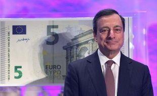 """Le président de la Banque centrale européenne (BCE) Mario Draghi a dévoilé jeudi à Francfort (ouest) le nouveau billet de 5 euros, qui sera mis en circulation à partir du 2 mai dans toute la zone euro, première coupure d'une nouvelle série de billets baptisée """"Europe""""."""