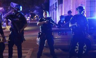 Des policiers à Louisville le 23 septembre 2020, après l'annonce d'une décision judiciaire controversée liée à la mort de Breonna Taylor.