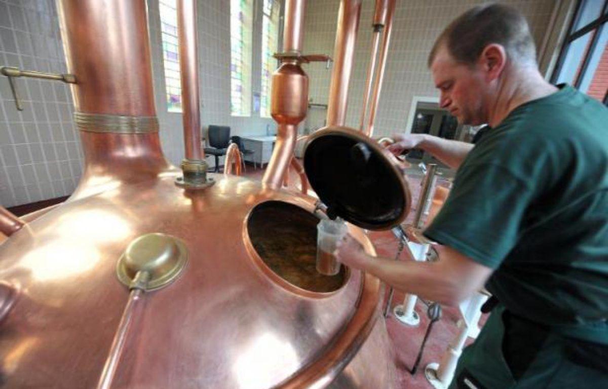 Un employé surveille la fermentation de la bière dans une brasserie le 19 février 2014 (illustration) – Georges Gobet AFP