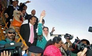 L'ancien Premier ministre Benazir Bhutto est rentrée jeudi en larmes au Pakistan, après huit ans d'exil, saluée par 250.000 sympathisants saisis par l'émotion, dans une ville de Karachi transformée en forteresse en raison de rumeurs de menaces d'attentat islamiste.