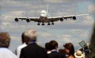 Boeing doit reprendre à Airbus sa place de premier constructeur mondial en décrochant plus de commandes que son rival européen au salon aéronautique qui s'ouvre lundi à Farnborough (sud-ouest de Londres).