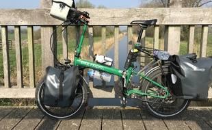 Equipés de sacoches, les cyclorandonneurs sont partis de Strasbourg vers Marseille en vélo pliant. Illustration