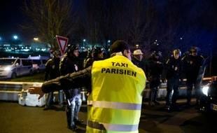 Chauffeurs de taxi face aux forces de l'ordre le 26 janvier 2016 à l'aéroport Charles-de-Gaulle à Roissy