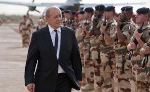 Jean-Yves Le Drian passe les troupes françaises en revue le 22 septembre 2013 à Gao au Mali