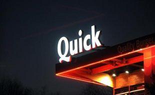 Le néon d'un restaurant Quick de Douarnenez