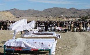 Au moins 18 personnes, dont des combattants islamistes, ont été tuées lundi dans un nouveau tir de missiles américains dans les zones tribales du nord-ouest du Pakistan, où Washington considère qu'Al-Qaïda et les talibans ont reconstitué leurs forces, ont assuré les services de sécurité.