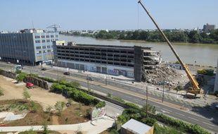 Le chantier de démolition de l'imposant parking en béton est en cours.