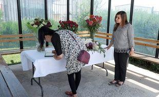 Deux femmes signent le registre de condoléances après la mort de quatre touristes, le 31 juillet 2018.