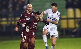Le Messin Matthieu Dossevi et le Strasbourgeois Jonas Martin lors du match aller entre Strasbourg et Metz en Ligue 1 (3-0), en décembre 2017.