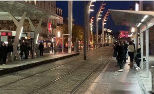 Très peu de monde ce jeudi matin à l'arrêt de tram Gare Saint-Jean à Bordeaux.