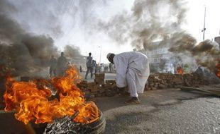 Les manifestants bloquent une rue à l'aide de briques et de pneus en feu, le 3 juin 2016 à Khartoum.