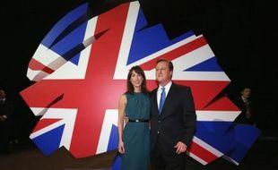 """Le Premier ministre britannique David Cameron a appelé mercredi les électeurs à donner à son Parti conservateur une majorité absolue en 2015, opposant ses valeurs pro-business au """"socialisme des années 1970"""" de son adversaire travailliste Ed Miliband."""