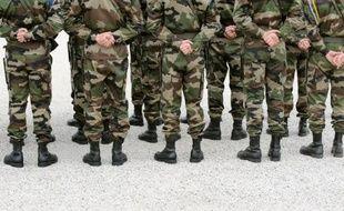 Quelques dizaines de femmes de militaires ont réclamé samedi devant le ministère de la Défense à Paris le paiement de soldes et de primes non payées depuis plusieurs mois à cause de dysfonctionnements dans un nouveau logiciel informatique des armées, a constaté une journaliste de l'AFP.
