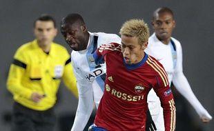 Le milieu de terrain de Manchester City Yaya Touré (au second plan en blanc), à la lutte avec le joueur du CSKA Moscou, Keisuke Honda, lors d'un match de Ligue des champions, le 23 octobre 2013 à Moscou.