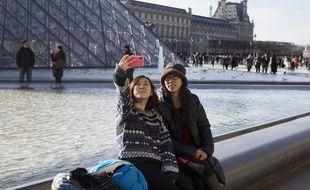Illustration de touristes à Paris, le 6 février 2015.